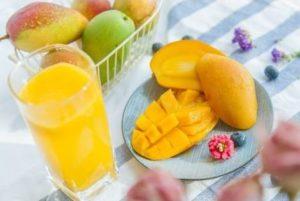 गर्मियों में फल खाने