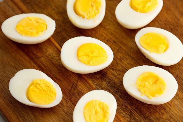 उबले अंडे खाने