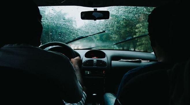 बरसात मौसम कार ड्राइविंग