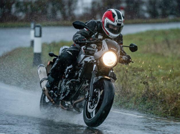बरसात के मौसम में बाइक राइडिंग