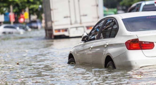 पानी रोड कार ड्राइविंग